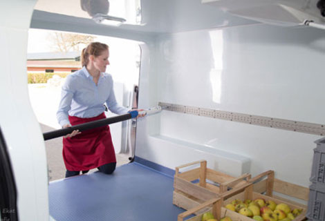 Nordsysteme Kühlfahrzeuge, Ladungssicherung mit Zurrschienen und Sperrstange